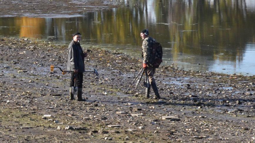 Поки комунальники ремонтують набережну, на дні Південного Бугу хмельничани шукають скарби