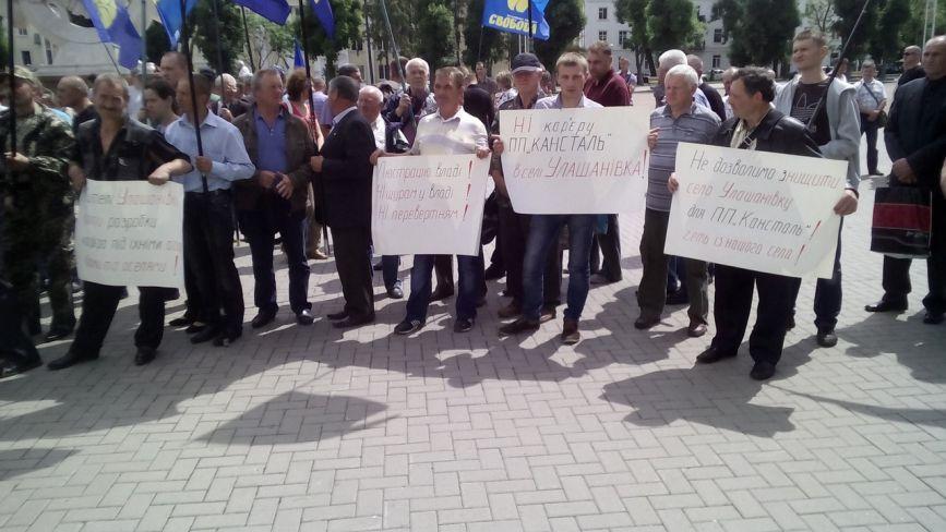 Під Хмельницькою облрадою - протест. Вимагають зниження тарифів та визнання бійців АТО