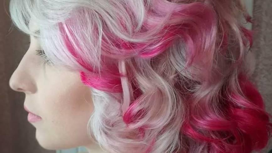 """""""Побачила в Instagram"""": хмельничанки фарбують волосся у рожевий"""