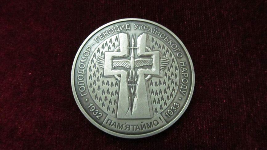 """У Хмельницькому представили  """"експонат місяця"""":  монета у пам'ять про голодомор"""