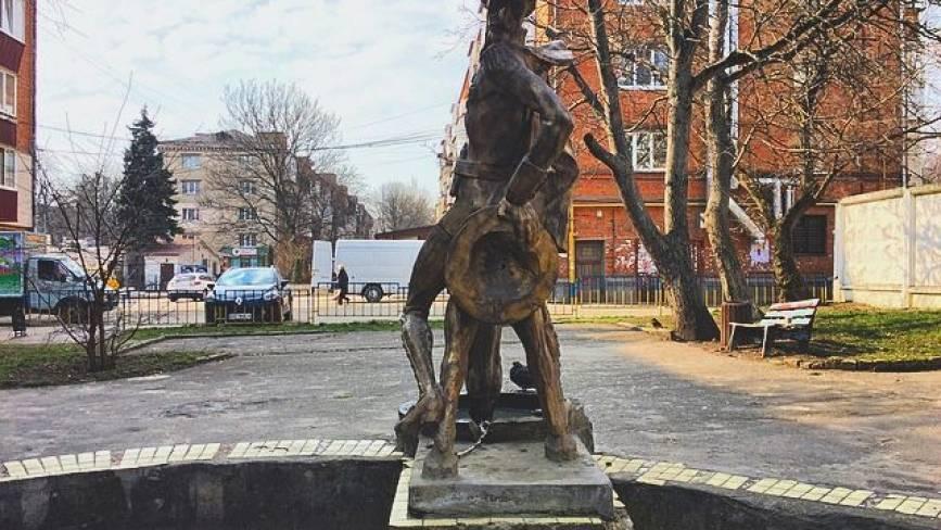 На що приречені дивитись хмельницькі статуї?