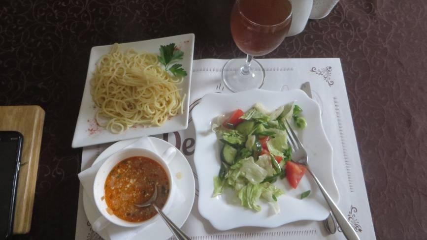 """Перевіряємо хмельницькі їдальні: як годують в кафе """"Defilyada"""" біля філармонії"""