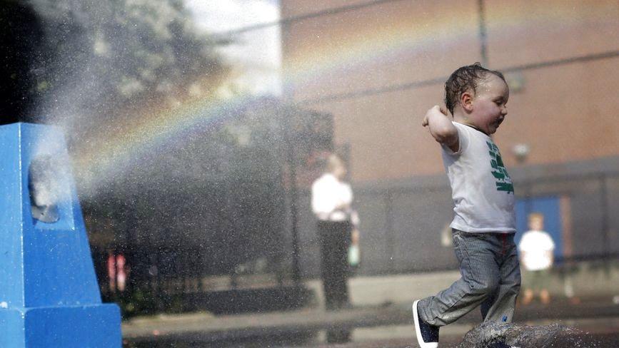 Чи варто гуляти з дитиною у спеку: думки батьків та поради лікарів