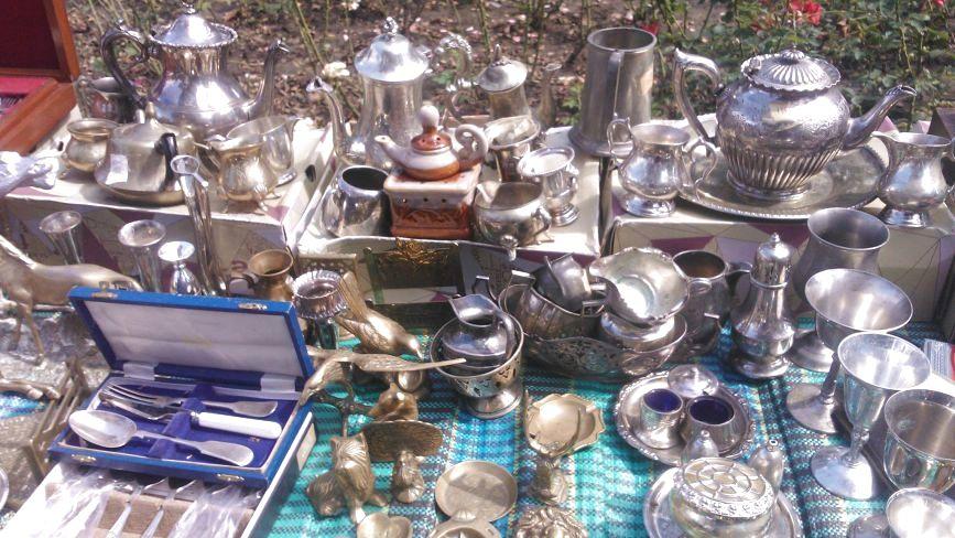 """Шопінг на """"блошиному"""" ринку Хмельницького:  кремнієві сокири, німецький посуд і фарфорові статуетки"""
