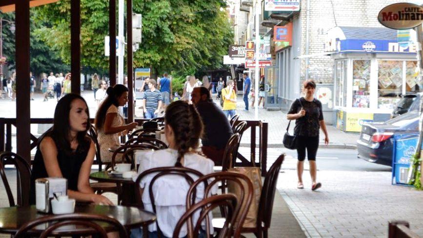 Про доступність, прозорість і стилістику. Інспектуємо літні майданчики у центрі Хмельницького