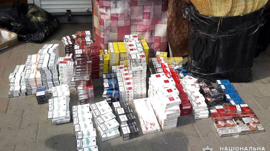 На Хмельницькому овочевому ринку знайшли понад тисячу пачок контрафактних сигарет