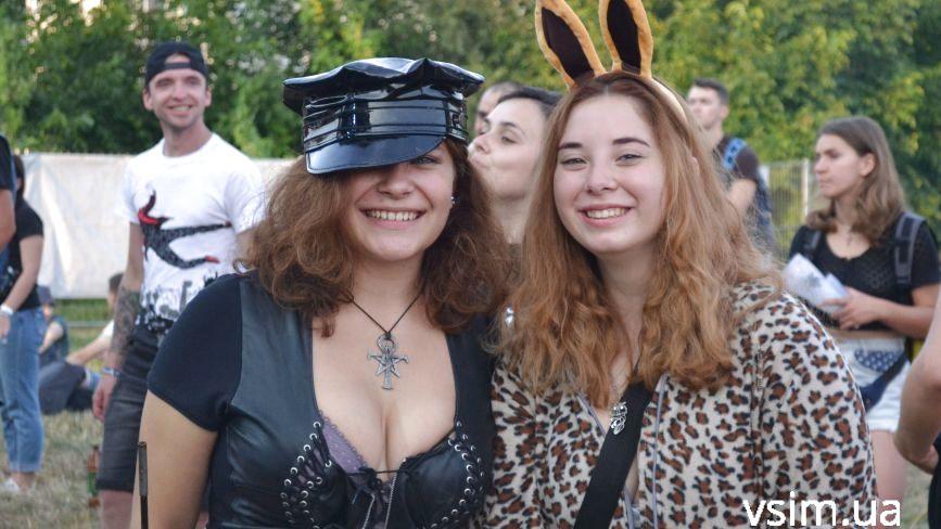 """Яскраві дівчата на """"Республіці"""": з кольоровим волоссям і у відвертих костюмах"""
