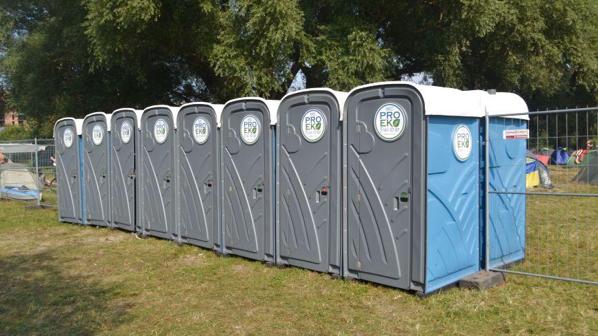"""Про зручності на """"Республіці"""": біотуалети, душ і баки для сортування сміття"""