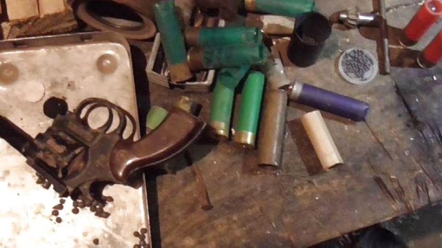 Набої, порох та рушниця: у мешканця Новоушиччини виявили незаконну зброю