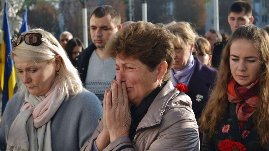 Зі сльозами на очах хмельничани вшанували загиблих захисників України