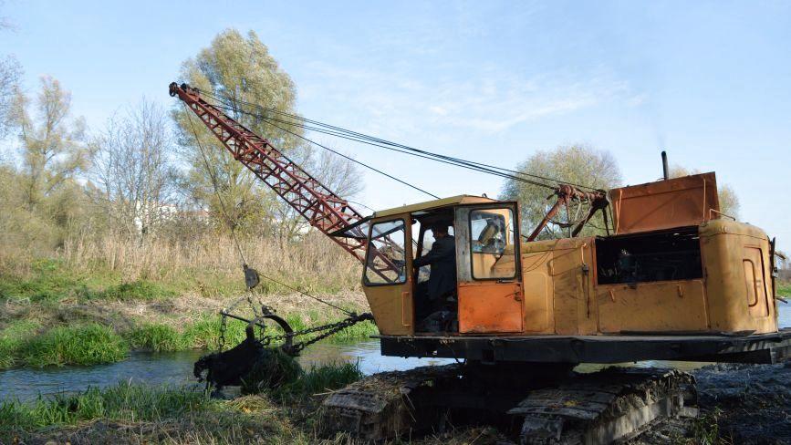 Як у Хмельницькому чистять Південний Буг (ФОТО)