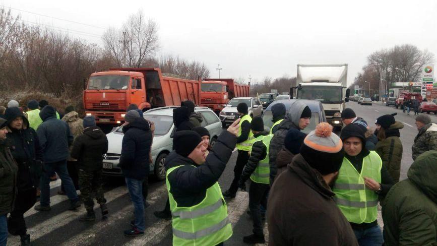 """Водії на """"євробляхах"""" перекрили дорогу біля Хмельницького"""