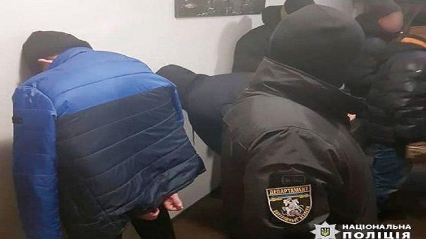 """У Волочиську бандити на замовлення екс-міліціонера """"вибивали"""" неіснуючі борги з місцевих"""