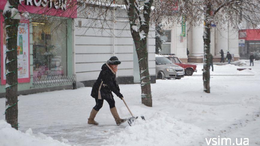 Хмельничани взялися за лопати. Як місто прибирають від снігу