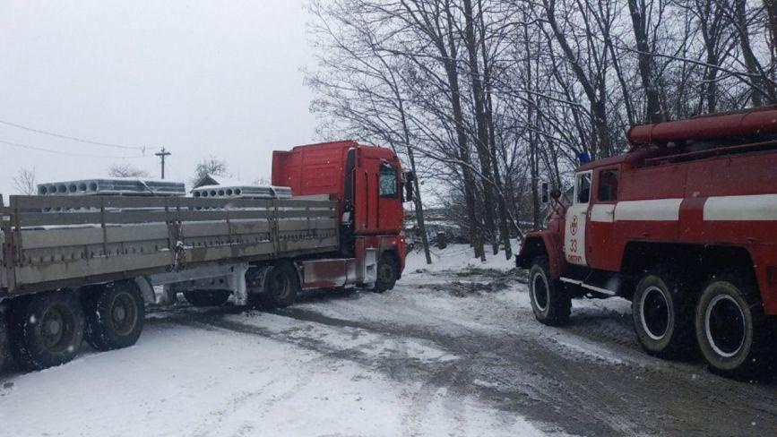 Замети на дорозі: на Хмельниччині три автомобілі потрапили у снігову пастку