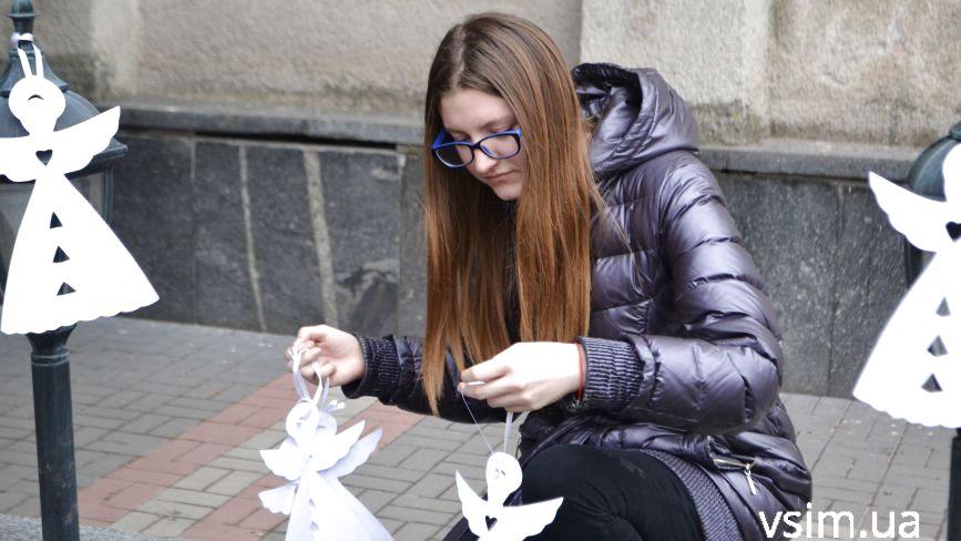 Хмельничани розвісили паперових янголів на честь Героїв Небесної Сотні
