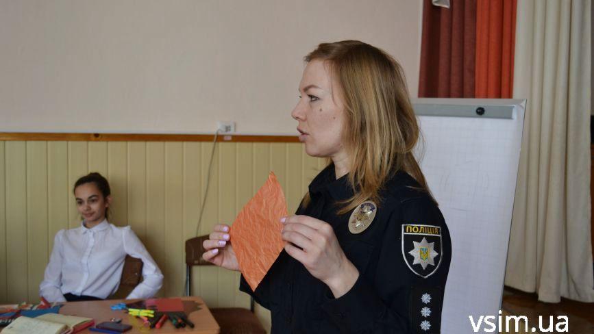Реальні історії та рожеві стрічки: хмельницькі поліцейські розповіли гімназистам про булінг (ФОТО)