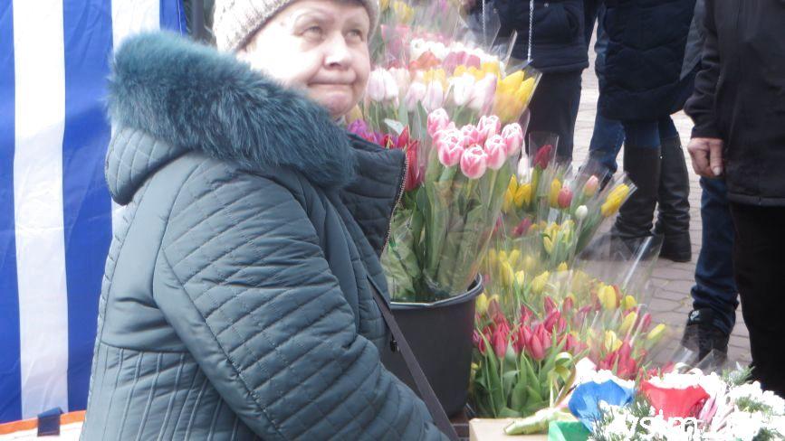 """Біля """"Либідь Плази"""" запрацював квітковий ярмарок: що і за скільки продають"""