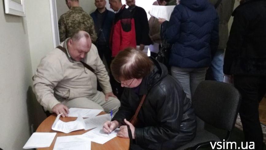 Довгі черги, але без скандалів: як у Хмельницькому міняють місце голосування