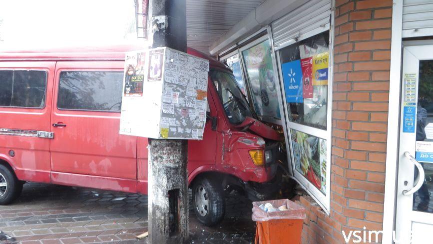 Біля бібліотеки ХНУ мікроавтобус розніс стіну магазину (ФОТО)