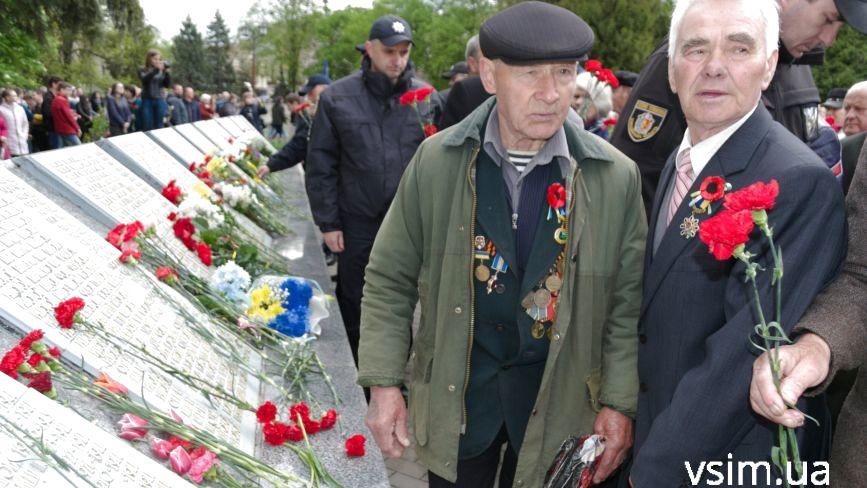 Десятки хмельничан прийшли на військове кладовище вшанувати загиблих у війні (ФОТО)