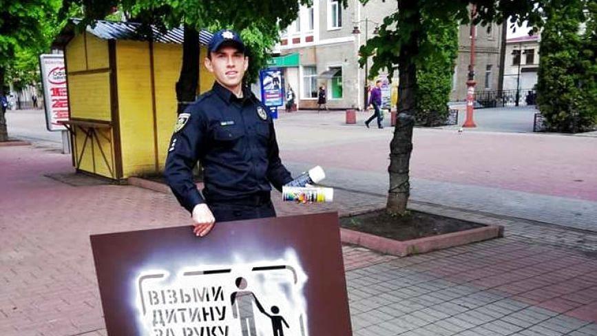 У центрі Хмельницького ходять патрульні з балонами фарби. Що сталося?