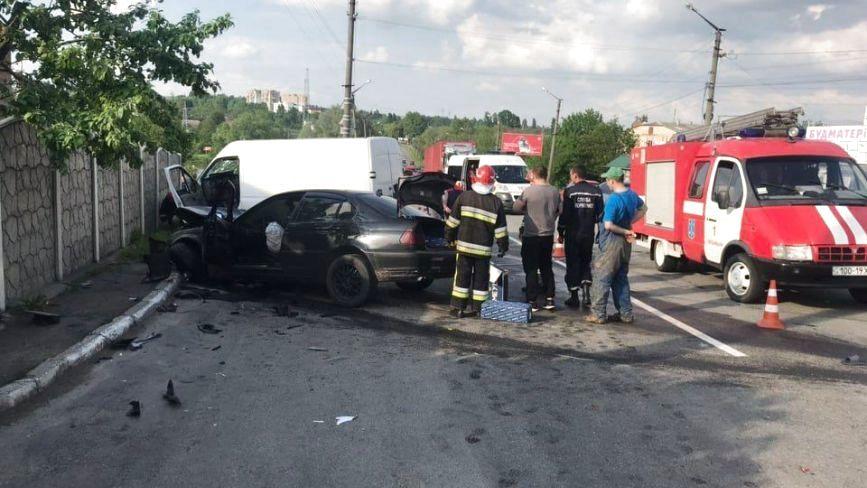 У Хмельницькому BMW протаранило бус: постраждало двоє людей (ФОТО)