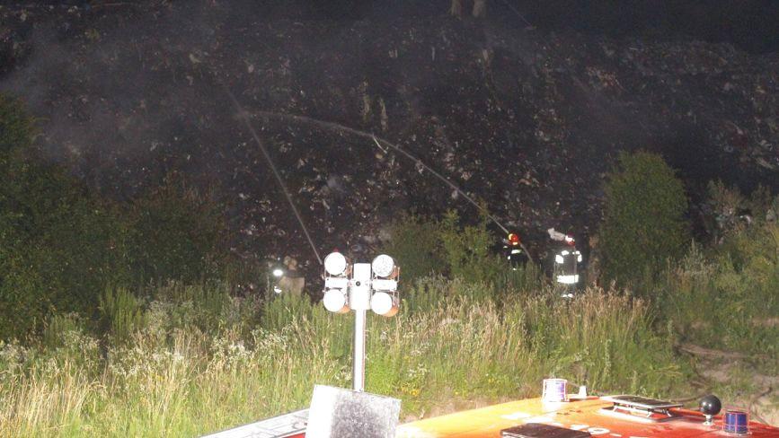 Рятувальники разом з військовими гасили пожежу на сміттєзвалищі у Старокостянтинові (ФОТО)