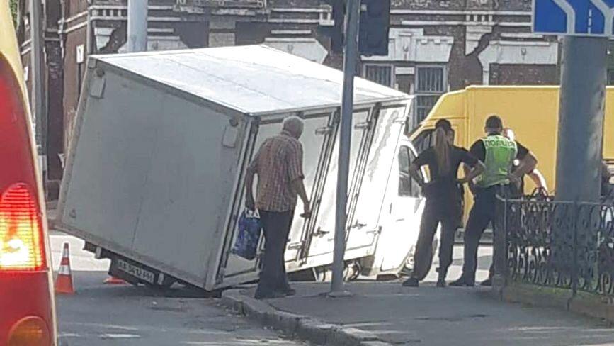 На Шевченка вантажівка в'їхала колесом у дощовий колектор