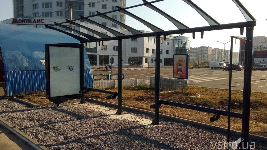 Фото дня: біля «Оазису» встановлюють «розумну зупинку»