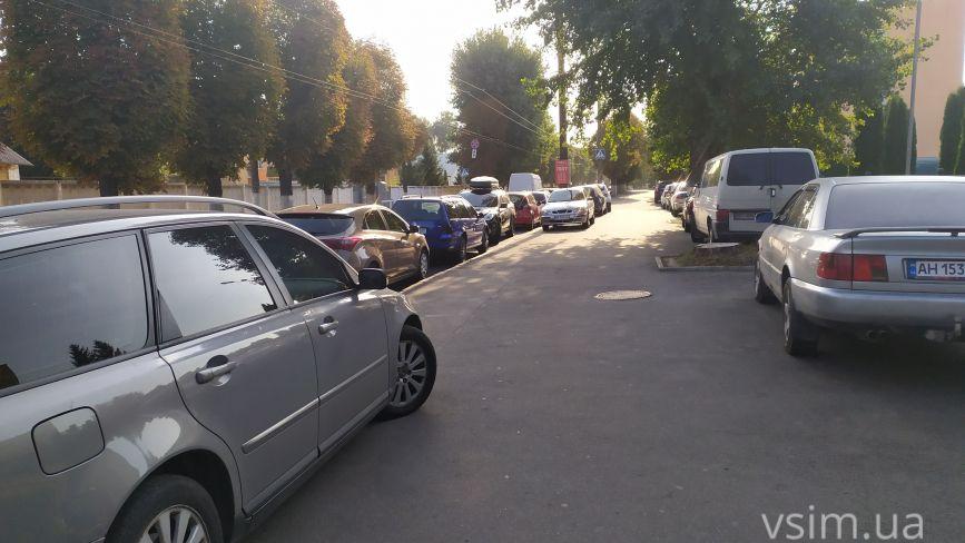 В Україні рік діють нові правила паркування. У Хмельницькому все по-старому