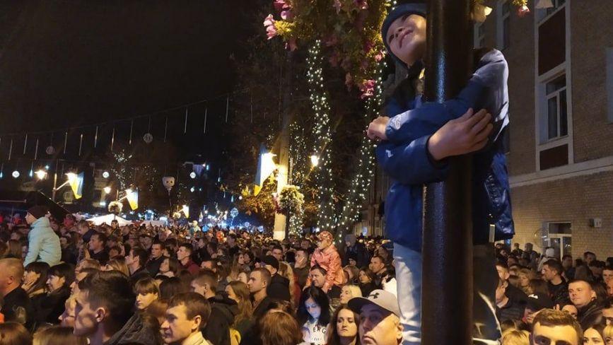 Тисячі людей відривалися на концерті до Дня міста (ФОТО/Coub)