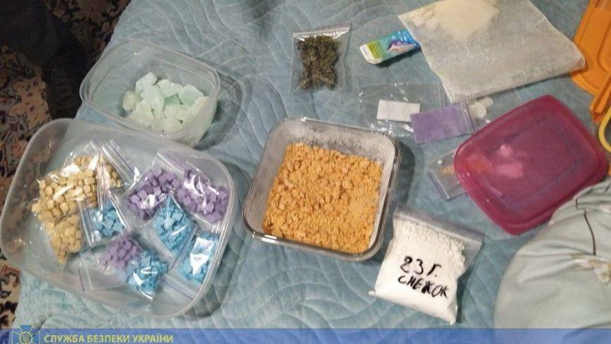 Амфетамін, екстазі та ЛСД: у Хмельницькому знайшли велику партію наркотиків з Азії