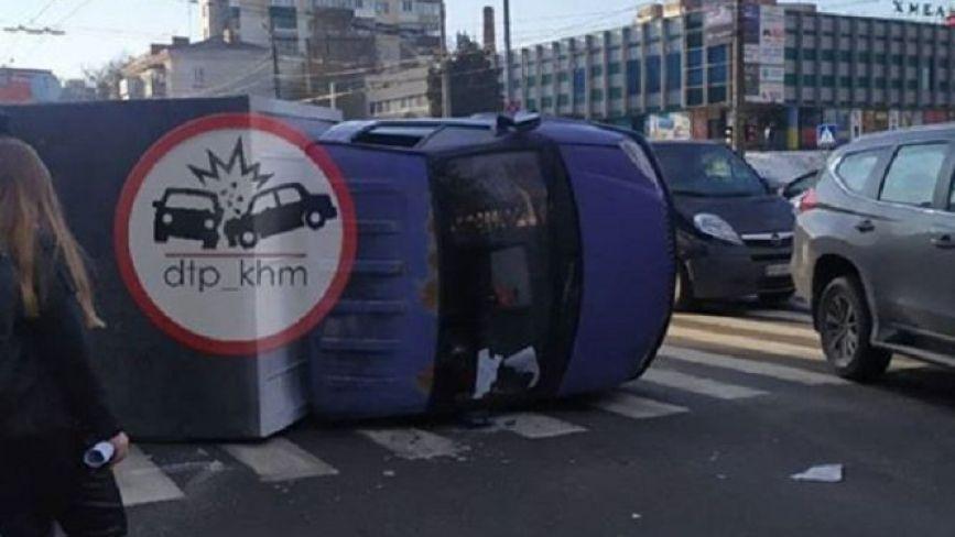 """У центрі Хмельницького  на """"зебрі"""" перекинулась """"Газель"""": постраждав водій (ФОТО)"""
