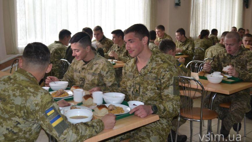 """""""Не домашнє, а …"""": курсанти розповіли, як їх годують у прикордонній академії"""