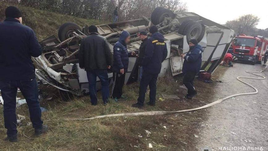На Хмельниччині перекинувся рейсовий автобус: є постраждалі