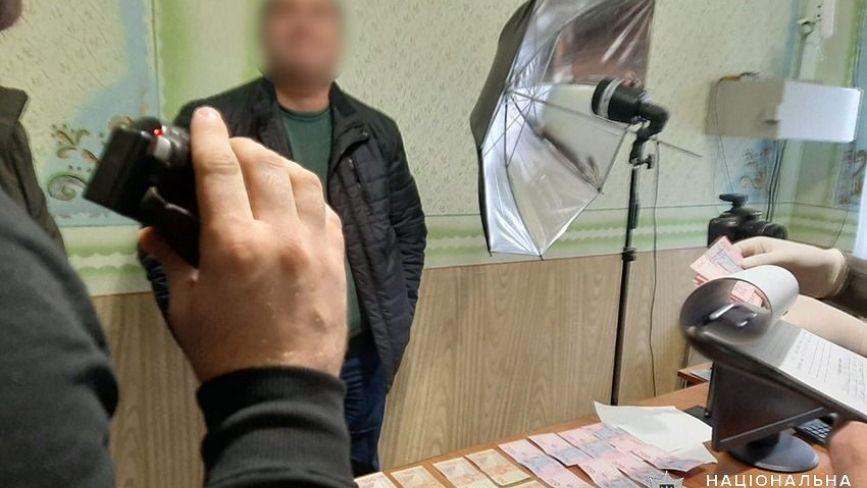 4000 гривень за швидку видачу паспортів: на Хмельниччині посадовець ДМС погорів на хабарі