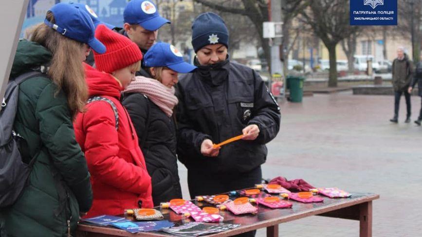 """""""Подумай про дитину"""": в центрі Хмельницького пройшов флешмоб проти насильства в сім'ї (ФОТО)"""
