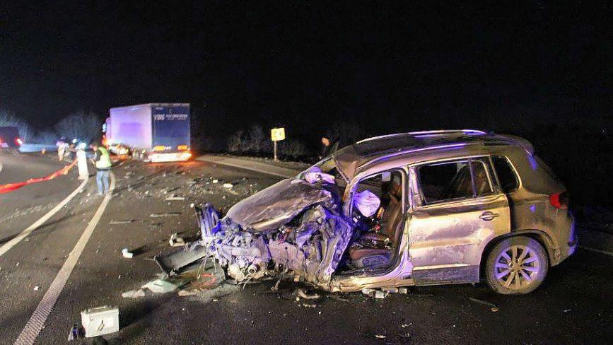 """Аварія на Тещиному язику: людей з розбитого """"Volkswagen"""" діставали рятувальники"""
