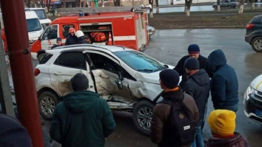 "На Хмельниччині ""Volkswagen Touareg"" протаранив припарковане  авто (ФОТО)"