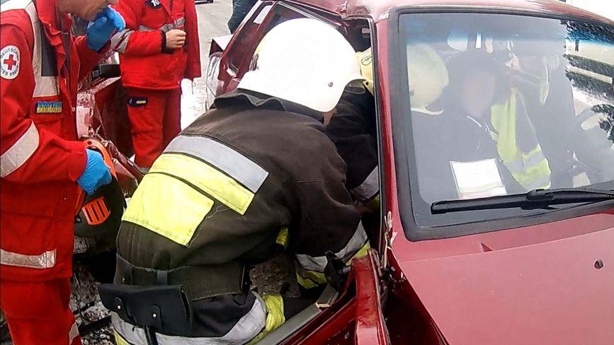 ДТП на Хмельниччині: жінку з понівеченого автомобіля діставали рятувальники (ФОТО)