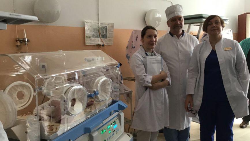 Інкубатор для новонароджених отримала Ізяславська ЦРЛ від благодійників з Великобританії
