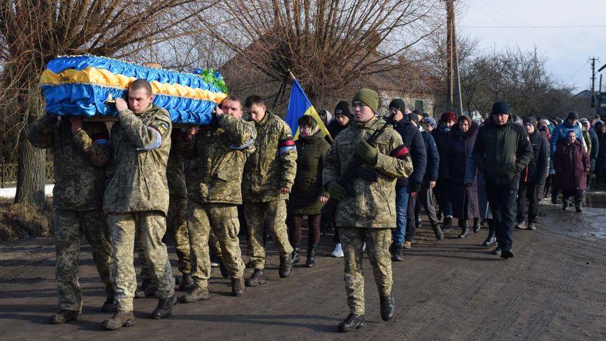 На Хмельниччині в останню путь провели 26-річного військового Віталія Каравана