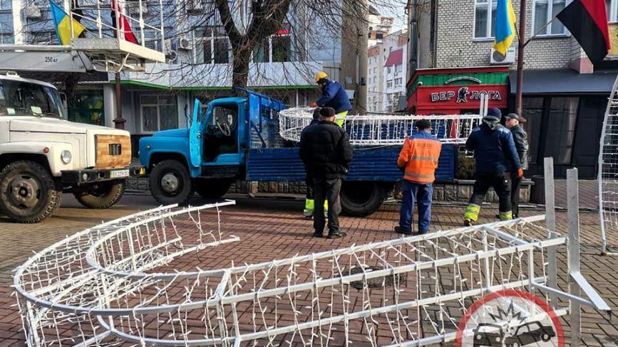 """На Проскурівській демонтують """"Тунель кохання"""" (ФОТО)"""