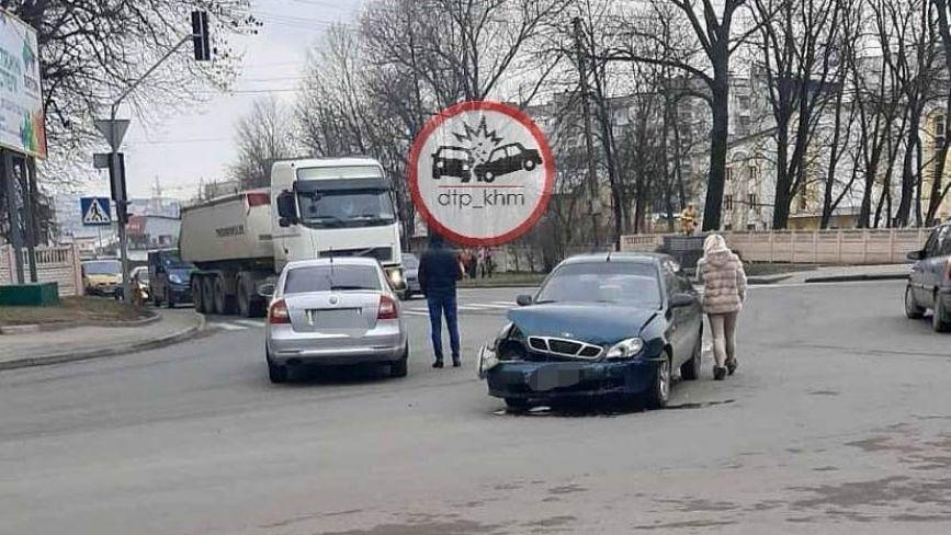 На перехресті Бандери та проспекту зіткнулися легковики (ФОТО)