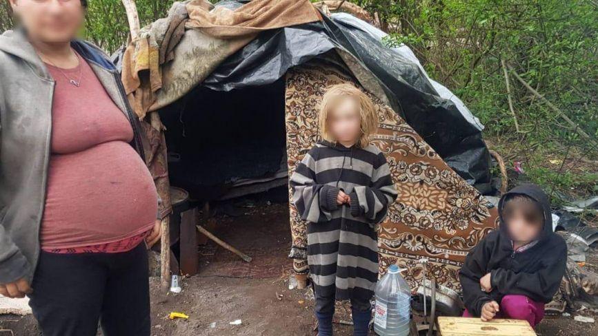 У Хмельницькому вагітна жінка з двома доньками жила в очереті. Подробиці шокуючої історії
