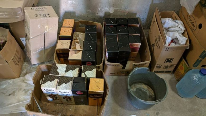 Тонни фальсифікованого алкоголю знайшли у підпільному цеху на Хмельниччині