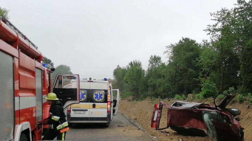 Авто злетіло з дороги та перекинулось. У ДТП на Хмельниччині постраждало 3 людей (ФОТО)