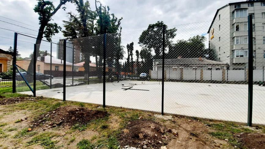 У Хмельницькому облаштовують шкільний спортивний майданчик за 1,5 мільйона гривень
