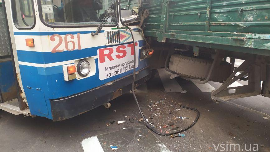 У центрі Хмельницького зіткнулися тролейбус та вантажівка (ФОТО, ОНОВЛЕНО)